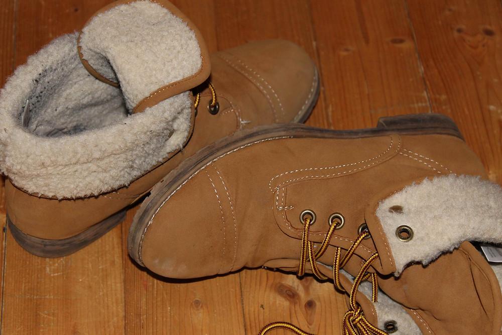 Ein Paar Schuhe liegen unaufgeräumt am Boden
