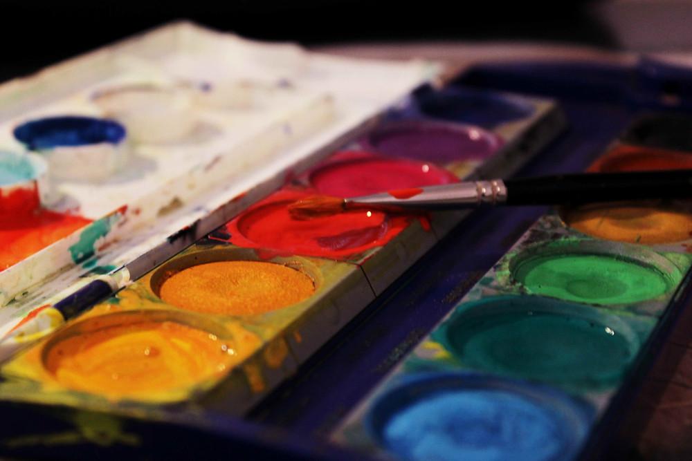 Ein Farbkasten mit Pinsel