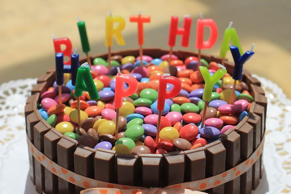 Ein Geburtstagskuchen mit Smarties und Schokolade