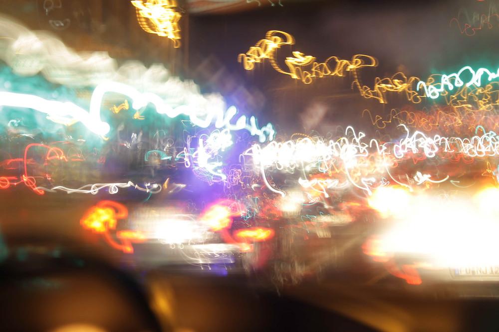 Stark verschwommene Lichter bei Nacht