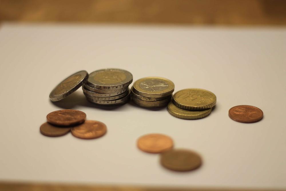 Geldmünzen liegen auf dem Tisch