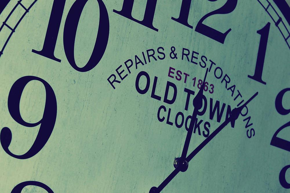 Ziffernblatt einer großen Uhr