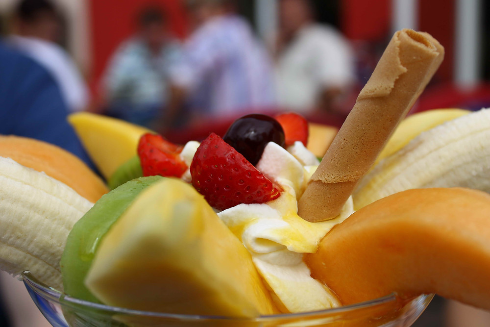 Ein Eisbecher mit verschiedenen Früchten
