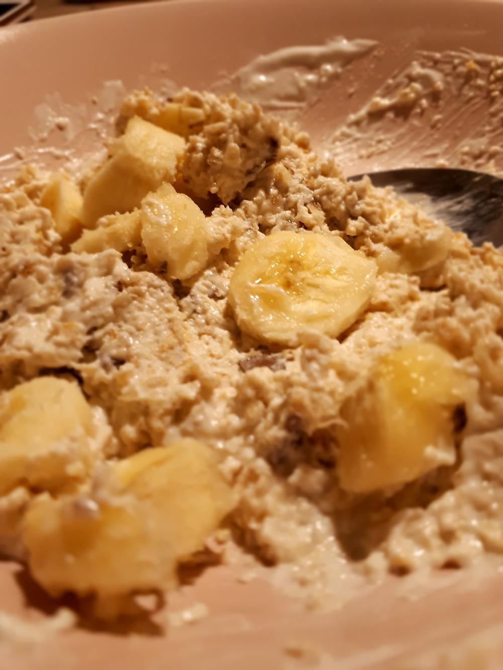 Zarte Haferflocken mit Joghurt und Banane