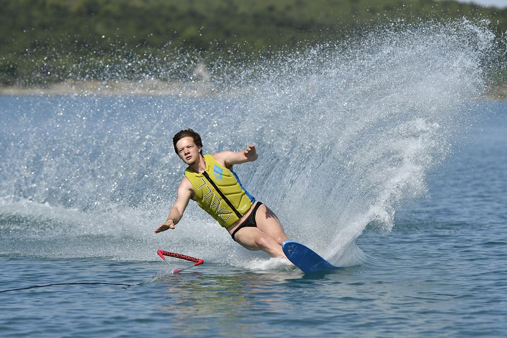 Der Sturz beim Monoskifahren auf dem Wasser