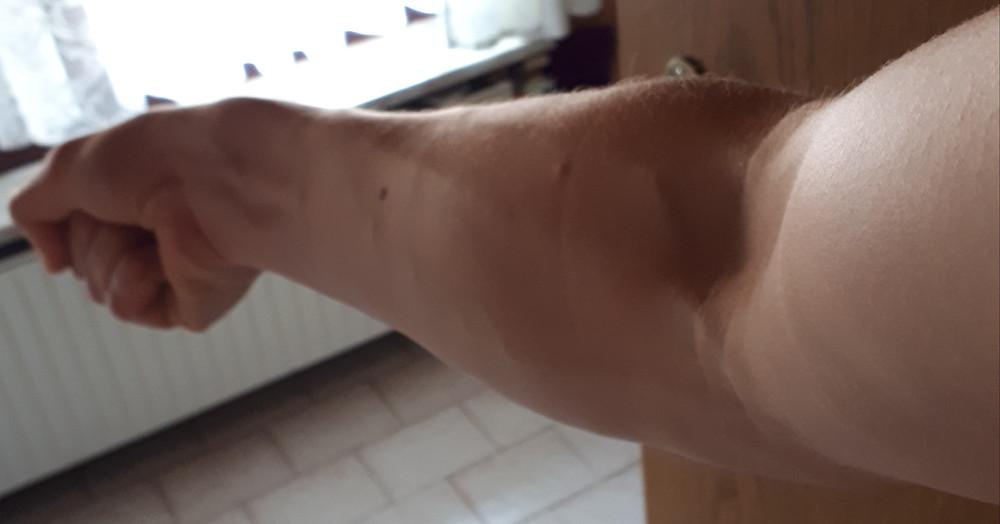 Der Unterarm eines Mannes