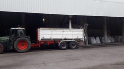 Fendt und Hakenwagen mit Container und Überladeschnecke