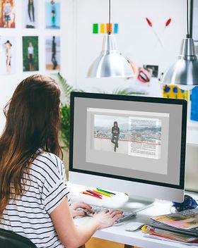 Kvinna Använda en dator