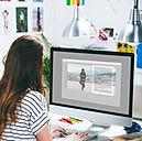 Webdesignerin arbeitet an Computer
