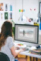 L´ergonomia visual estudia la manera de trobar més comoditat i eficàcia en les condicions d'adaptació d´un lloc de treball, vehicle, ... amb la persona