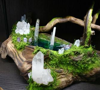 水面から水晶が生えているようです