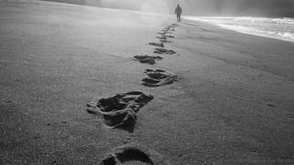 A vida caminha sobre nossas pegadas.