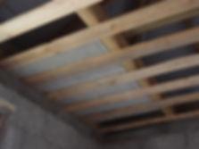 чердачное перекрытие полистиролбетонными плитами Бережливывый позволяет экономить на утеплении кровли.