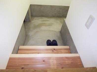 キッチン横の階段の下を土間パントリーにしました
