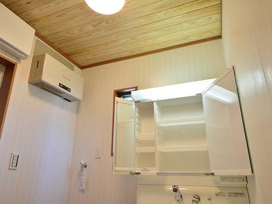 洗面所・トイレの天井に天然無垢の板を使用