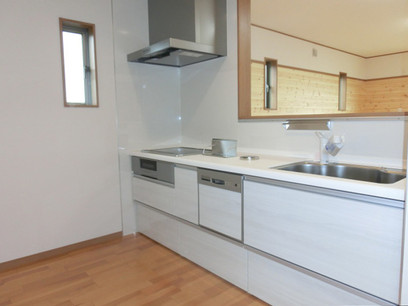 システムキッチンの天板は人造大理石、IH、食洗器、浄水器付