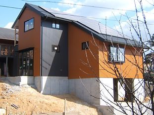 太陽光発電と板張りの自然派の家