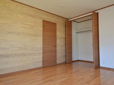 全居室の壁一部に天然無垢の杉板を使用。もちろん全居室にクロゼットも付いています