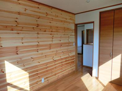 洋室Aも赤松の壁板