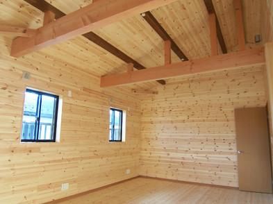 2Fの子供部屋は床や壁ばかりか、梁見せの勾配天井で全て板張り