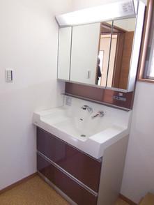 洗面化粧台は900タイプ。壁収納も有ります