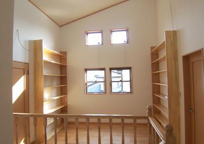 多目的ホールには本棚を取付