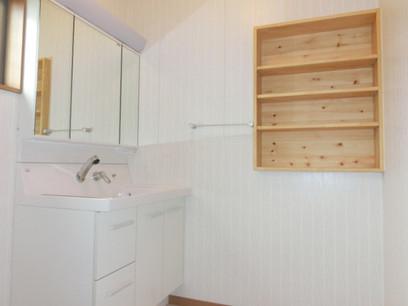 洗面所に壁収納、化粧台は900タイプ三面鏡収納