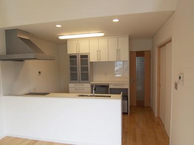 広々としたキッチン。床(フローリング)は全て無垢材です