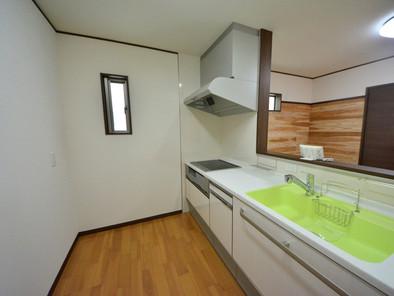 キッチンは天板が人造大理石でキズや汚れに強い