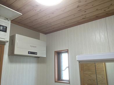 トイレ・洗面所の天井には 無垢の杉板を使用