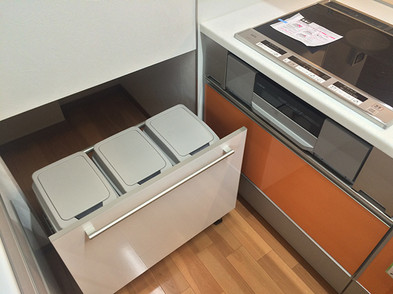 階段下の小さなスペースをゴミ箱の収納スペースに利用しました