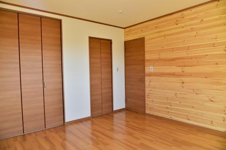 全洋室に赤松の板を使用!収納も付いています