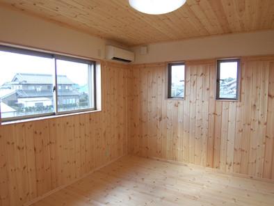 床・天井・壁がパインの板張りの洋間
