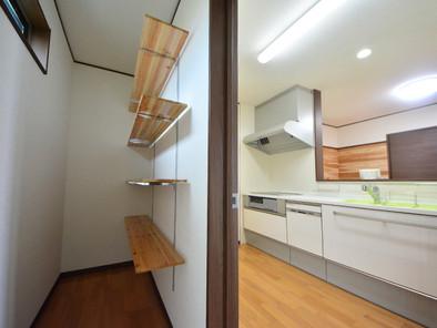 キッチンバントリーには棚も付いています