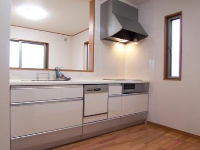 キッチンは人造大理石の天板。床暖房も付いています