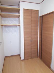 脱衣室には化粧コーナーと棚や収納があります
