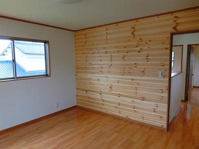 自然派タイプの主寝室は赤松の板張り