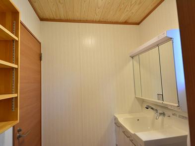 洗面所・トイレの天井には天然無垢板を使用