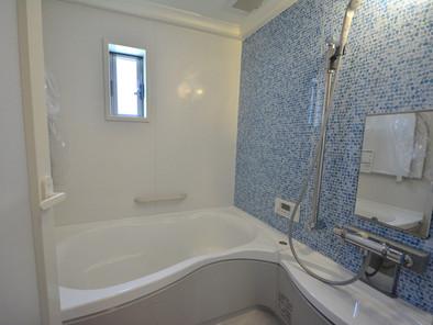 浴槽や三面鏡の洗面化粧台も人造大理石