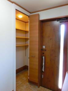 玄関ドア隣には棚付きの土間収納