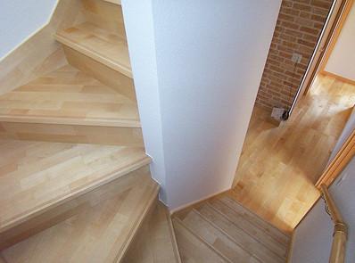 木製の廻り階段は1階から3階まで