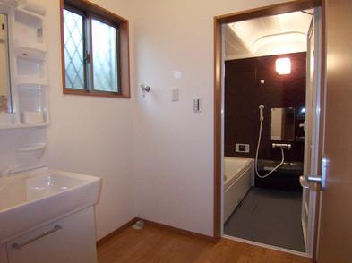 バスルーム、洗面所の手前にトイレがあります