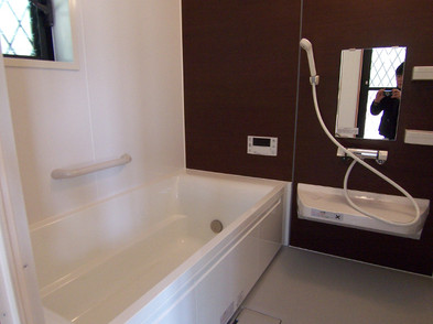 広いバスルームの入口の洗濯・洗面脱衣室はウッドデッキに出られます