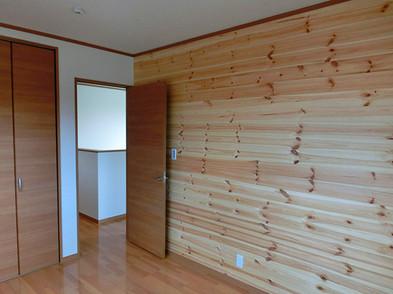 洋室Bも赤松の壁板