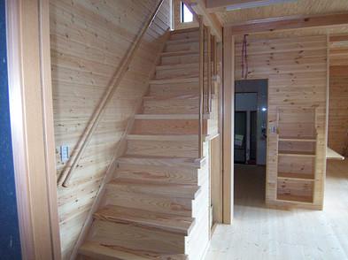 階段も大工の手作り。正面はキッチン横の壁収納