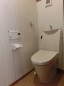 1階・2階のトイレの天井には赤松の板を張り、壁収納BOXも付いています