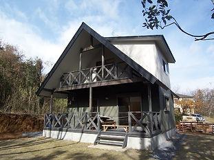 木造フェンスのログハウス風の家