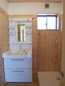 桧の板が洗面脱衣室の湿気を和らげます