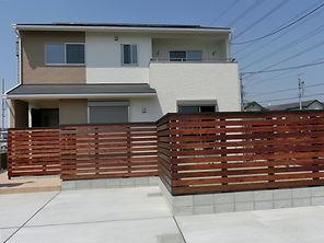 木のフェンスとオリジナル壁工法