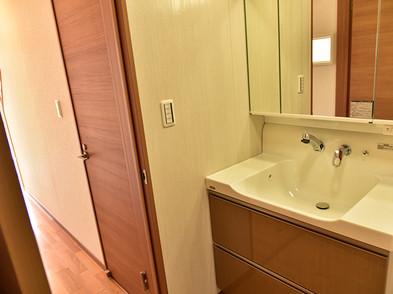 洗面化粧台は人造大理石と 嬉しい三面鏡付き